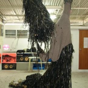Muu Blanco | Instalación | Cintas de VHS y Sweater tejido por la madre del artista | 2006