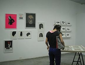 Vista de sala| Trabajos de José Vera Matos al fondo