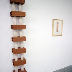 La geometría no es moderna | 2012 | Acuarela sobre papel | 40 x 30 cm | Escultura con tapiz Goajiro y bloques de arcilla | 184 x 78 x 20 cm