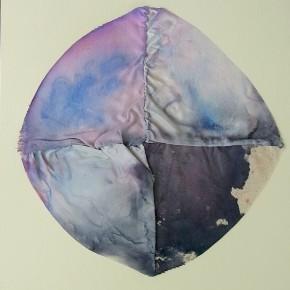 2. Circulo de pigmentos | 2012 | Satén, lona de algodón y lino, teñidos con tinta china azul de metileno y hematoxilina, sobre papel fabriano (220 gr) | 48 x 32 cm