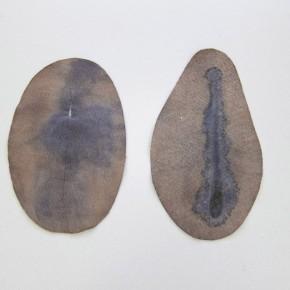 28. Sin título. Marrón y azul | 2012 | Fieltro cortado y teñido con azul de metileno y tinta china | 24 x 15,26 x 14,5 cm