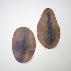 Vista de sala | 28. Sin título. Marrón y azul | 2012 | Fieltro cortado y teñido con azul de metileno y tinta china | 24 x 15,26 x 14,5 cm