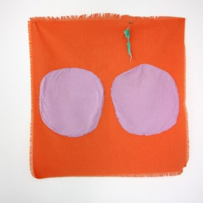 Vista de sala | 22. Dos círculos | 2012 | Apliques de algodón sobre poliéster | 52 x 53 cm