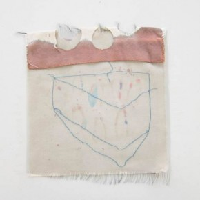 Sin titulo Azul | 2012 | Lona de algodón teñida con pap mart, organza y hilos de algodón | 28,5 x 31 cm