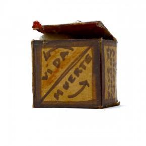 Caja feliz AS1 | 2013 | Envase de mermelada con etiquetas IXI e imagen de objeto Antonieta Sosa + caja de plástico con objetos diversos + fotografía objeto Antonieta Sosa | Caja: 14,3 x 34 x 47,2 cm | Fotografía: 70 x 100 cm