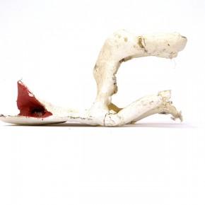 Caja feliz AS2 | 2013 | Envase de mermelada con etiquetas IXI e imagen de objeto Antonieta Sosa + caja de plástico con objetos diversos + fotografía objeto Antonieta Sosa | Caja: 14,3 x 34 x 47,2 cm | Fotografía: 70 x 100 cm