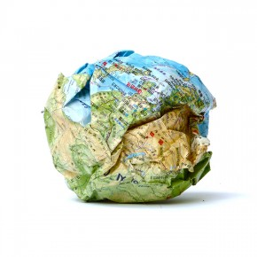 Caja feliz DM | 2013 | Envase de mermelada con etiquetas IXI e imagen de objeto Daniel Medina + caja de plástico con objetos diversos + fotografía objeto Daniel Medina | Caja: 14,3 x 34 x 47,2 cm | Fotografía: 70 x 100 cm