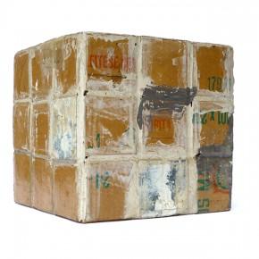 Caja feliz EE | 2013 | Envase de mermelada con etiquetas IXI e imagen de objeto Eugenio Espinoza + caja de plástico con objetos diversos + fotografía objeto Eugenio Espinoza | Caja: 14,3 x 34 x 47,2 cm | Fotografía: 70 x 100 cm