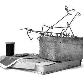 Caja feliz Gegostätte | 2013 | Envase de mermelada con etiquetas IXI e imagen de objeto AW+ caja de plástico con objetos diversos + fotografía objeto AW | Caja: 14,3 x 34 x 47,2 cm | Fotografía: 70 x 100 cm