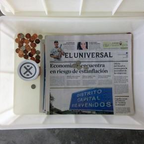 Caja feliz | 2013 | Envase de mermelada con etiquetas IXI e imagen de objeto + caja de plástico con objetos diversos + fotografía objeto | Caja: 14,3 x 34 x 47,2 cm | Fotografía: 70 x 100 cm