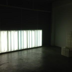 Iluminación desde el exterior | 2013 | Reflectores, tubos de neón y vidrio opaco | Dimensiones variables
