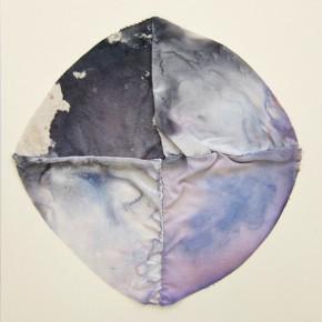 Fabián Salazar | Círculo de pigmentos | 2012 | Satén, lona de algodón y lino, teñidos con tinta china azul de metileno y hematoxilina sobre papel fabriano 220 gr | 48 x 32 cm