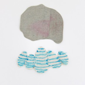 Fabián Salazar | Duo. 1 | 2012 | Textil para tapicería teñido con pap-mart y lona de algodón cortada y teñida con aguadas de marcador azul | Medidas irregulares