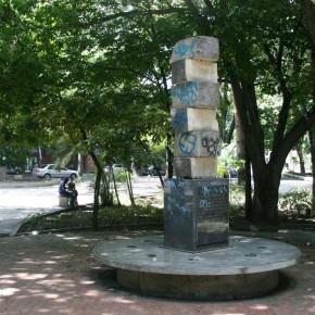 Francisco Narváez (1905 - 1982) | Estela de Seis Volúmenes o Monumento a Raul Leoni (1977) | Escultura en piedra (Piedra de Cumarebo) | Plaza pública, El Cafetal, Caracas