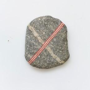 38. Escudo | 2013 | Piedra y acrílico | 19 x 14 x 3 cm