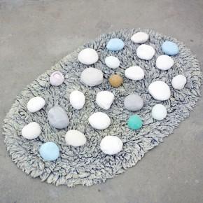 Vista en sala | Bolas sobre ovalo alfombrado
