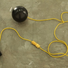 Parodia sobre escape | Bola mortífera | 2010 | Bola de bowling, motor 12v, contrapeso, pedal interruptor y cables | 45 cm x 30 cm x 30 cm
