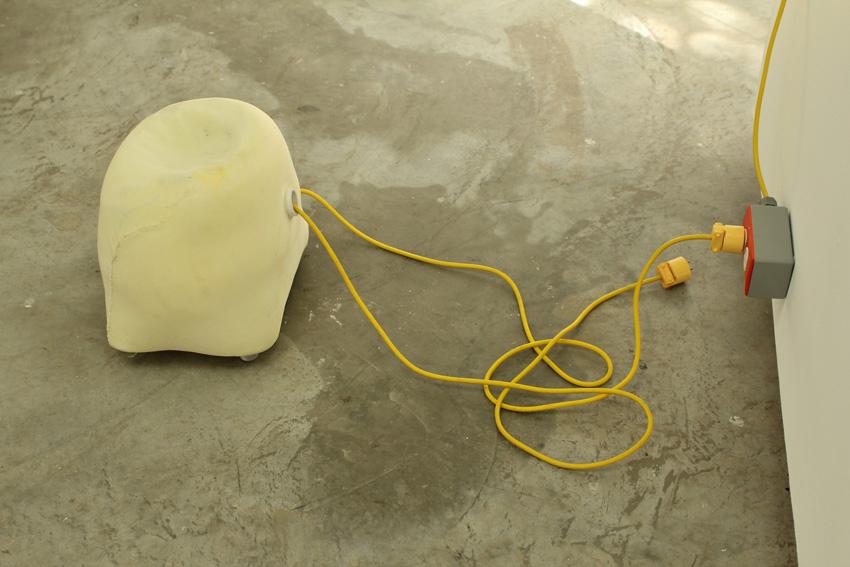 Parodia sobre escape   Busca reposo   2010   Tela, goma espuma, resina, patas de goma, motor 110v, temporizador, cajera y cables   35 cm x 40 cm x 40 cm