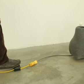 Parodia sobre escape | Escape de triángulo | 2011 |Tela, goma espuma, patas de goma, resina, motor 110v, pelota de ping pong, pedal interruptor y cables | 50 cm x 40 cm x 35 cm