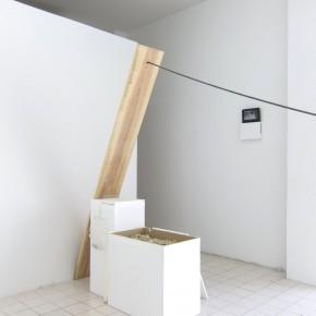 Ensayo de dominio |Intento de levedad |2013 |Instalación, Intervención en el espacio | Pino, pedestales, granzón blanco, barra lisa de 9 mm, anclaje
