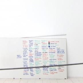 Ensayo de dominio |Leyenda de tareas | 2013 | Obra proceso, registro | Pizarra acrílica, lista de procesos.