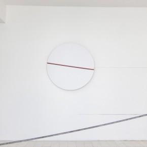 Ensayo de dominio |Línea en circulo |2013 | Escultura mecánica | Base giratoria, transformador ac, carton blanco, pintura anticorrosiva.