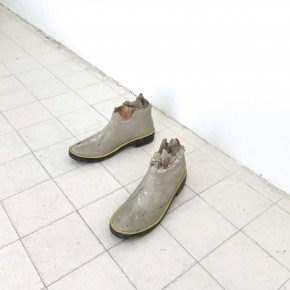 Ensayo de dominio |Producto |2013| Escultura | Botas de caucho, cemento, arena blanca, escombros.