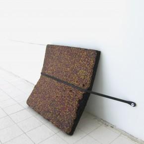 Ensayo de dominio |Propósito de desactivación | 2013 | Instalación | Fragmento de piso de caucho, correa de goma , tornillos, arandelas.Ensayo de dominio |Propósito de desactivación | 2013 | Instalación | Fragmento de piso de caucho, correa de goma , tornillos, arandelas.