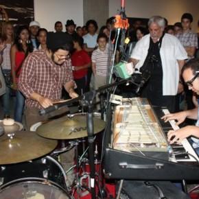 Tocando con | 2009 | Acción, electro mecánica sonora, ensamblaje de materiales diversos | 150 cm x 220 cm x 220 cm