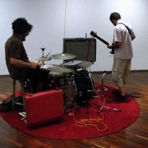 Tocando con | 2010 |Acción, electro mecánica sonora, ensamblaje de materiales diversos| 150 cm x 220 cm x 220 cm