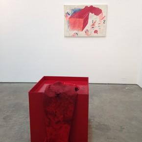 Diego Barboza |Poema gestual | 1981| Caja Roja con manga roja y líquido azul en su interior ; Indicaciones para realizar la acción, témpera, creyón y grafito sobre cartulina | 70 x 70 x 70 cm (caja roja) 70 x 100 cm (indicaciones para realizar acción