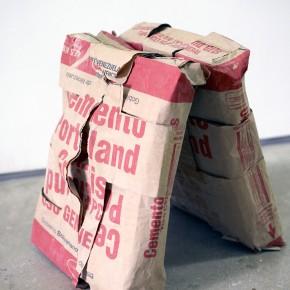 Vista en sala | Ernesto Montiel | Brutal reflexión brutalista | 2013 | Sacos de cemento | 50 x 62 x 43 cm
