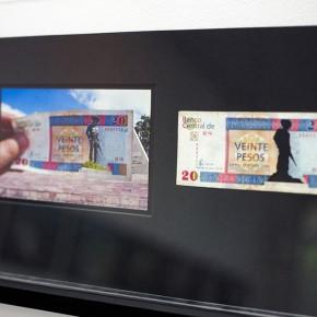 Vista en sala | 20 CUC. Serie Calados capitales en lugares de paso #1. Cuba | 2012-2013 | Fotografia sobre papel moneda y billetes (dinero) | 45 x 25 cm