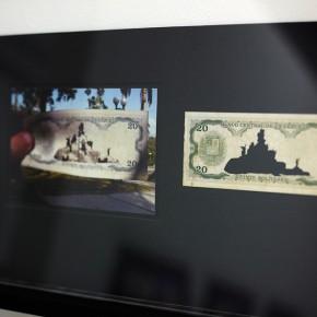 Vista en sala |20 Bs. Serie Calados capitales en lugares de paso #2. Venezuela | 2012-2013 | Fotografia sobre papel moneda y billetes (dinero) | 45 x 25 cm