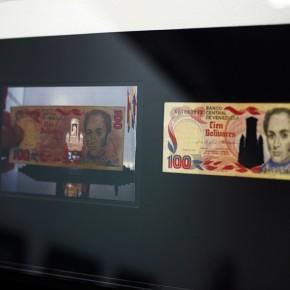 Vista en sala |100 Bs. Serie Calados capitales en lugares de paso #2. Venezuela | 2012-2013 | Fotografia sobre papel moneda y billetes (dinero) | 45 x 25 cm