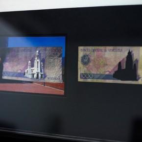 Vista en sala |1000 Bs. Serie Calados capitales en lugares de paso #2. Venezuela | 2012-2013 | Fotografia sobre papel moneda y billetes (dinero) | 45 x 25 cm