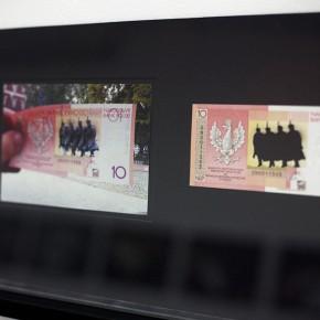 Vista en sala |10 Złoty. Serie Calados capitales en lugares de paso #3. Polonia | 2012-2013 | Fotografia sobre papel moneda y billetes (dinero) | 45 x 25 cm