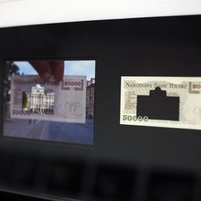 Vista en sala |50.000 Złoty. Serie Calados capitales en lugares de paso #3. Polonia | 2012-2013 | Fotografia sobre papel moneda y billetes (dinero) | 45 x 25 cm