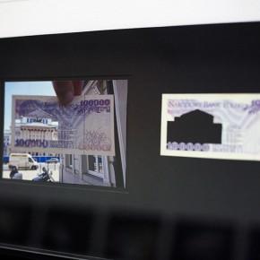 Vista en sala |100.000 Złoty. Serie Calados capitales en lugares de paso #3. Polonia | 2012-2013 | Fotografia sobre papel moneda y billetes (dinero) | 45 x 25 cm
