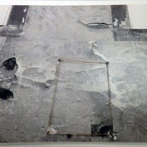 Liliana Porter | Sin titulo (New York) | 1975 | Ensamblaje . Metal, hilo sobre fotografía | 41 x 32 cm
