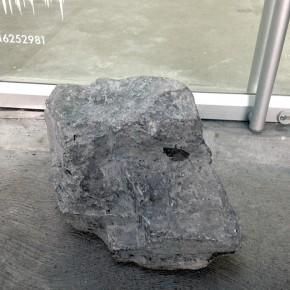 1. Prestamo de piedra | 2013 | Intervención en el espacio-Piedra encontrada en Maracaibo | 35 x 50 x 30 cm