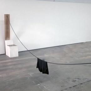 3. Intento de Levedad | 2013 | Instalación / Intervención en el espacio | Tabla de pino, pedestales, granzón blanco, barra lisa de 9 mm, anclaje | Medidas variables