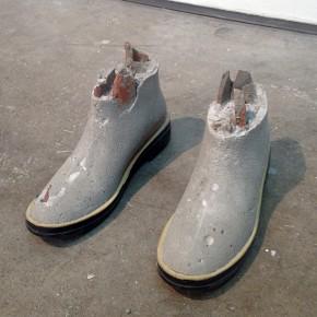 7. Producto | 2013 | Botas de caucho del artista, cemento, arena blanca, escombros de Al Borde | 19 x 26 x 33 cm