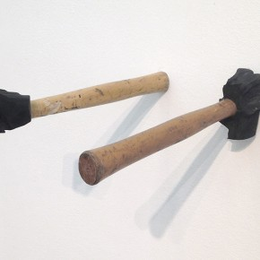 9. Masa sobrante | 2013 | Abrasión mecánica sobre martillos de goma, tornillos | 20 x 8 x 92 cm