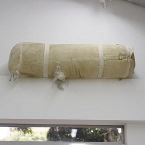 19. Ley de asunción | 2013 | Instalación: Saco de boxeo, correas, tornillos | 33 x107 x 33 cm