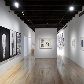 Elías Adasme (Izq.)| Claudio Perna (Centr.) | Anna Bella Geiger (Der.) | Vista de exposición en Museo Amparo | Fotografía: Carlos Varillas