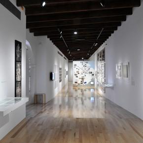 Claudia Andujar (Izq. y Der.) | Jorge Macchi (Centr.) | Vista de exposición en Museo Amparo | Fotografía: Carlos Varillas
