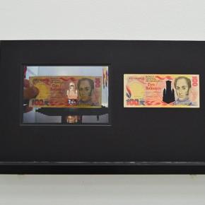 Vista en sala |100 Bs. Serie Calados capitales en lugares de paso #2. Venezuela | 2013 | Fotografia sobre papel moneda y billetes (dinero) | 45 x 25 cm