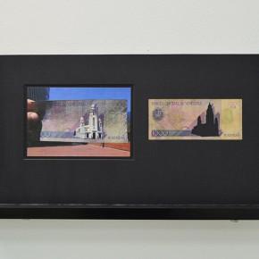 Vista en sala | 1000 Bs. Serie Calados capitales en lugares de paso #2. Venezuela | 2013 | Fotografia sobre papel moneda y billetes (dinero) | 45 x 25 cm
