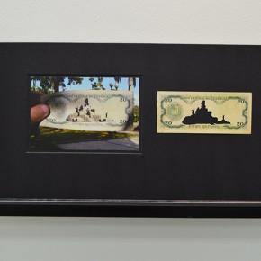 Vista en sala | 20 Bs. Serie Calados capitales en lugares de paso #2. Venezuela | 2013 | Fotografia sobre papel moneda y billetes (dinero) | 45 x 25 cm